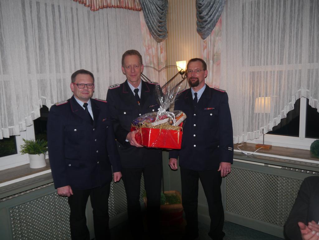 Ortsbrandmeister Michael Mahler (links) und sein Stellvertreter Meik Mahnstein (rechts), bedankten sich bei Klaus Tiedemann (Mitte) für seine geleistete Arbeit als Gruppenführer der ersten Gruppe.