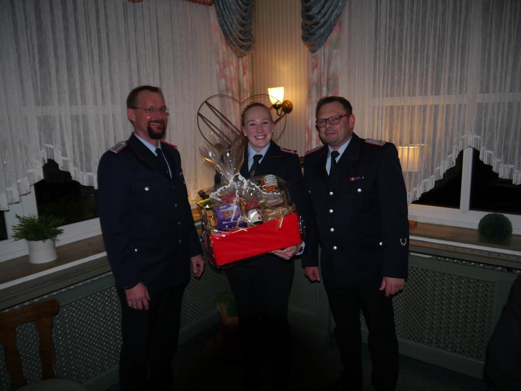 Anne Lemmermann (mitte) bekam von Ortsbrandmeister Michael Mahler (rechts) und seinenm Stellvertreter Meik Mahnstein (links) ein Dankeschön. Anne war seit 2014 Schriftwartin der Ortsfeuerwehr.