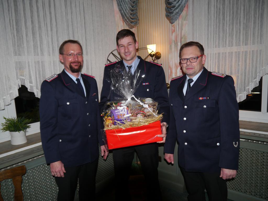 Patrick Lorenz (mitte) gab sein Amt als Pressewart ab. Für seine Arbeit würdigten Ortsbrandmeister Michael Mahler (rechts) und Stellvertreter Meik Mahnstein (links) ihn mit einem Präsent.
