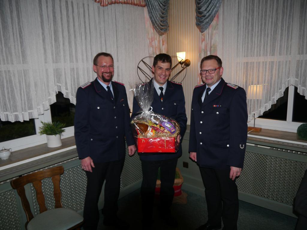Thomas Seegelken (mitte) schied aus dem Festausschuss aus. Für seine Arbeit bedankten sich Ortsbrandmeister Michael Mahler (rechts) und Stellvertreter Meik Mahnstein (links) mit einem Präsent.