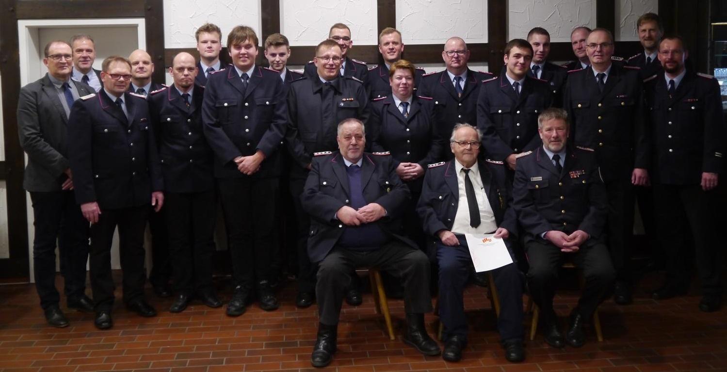 Gruppenbild mit allen gewählten und geehrten, sowie dem Gemeindebürgermeister Axel Renken (erster von links) und dem Ortsbürgermeister Ralf Rimkus (zweiter von links).