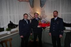 Oliver Austel (Mitte) bekam als Dankeschön für seine 10-jährige Tätigkeit als Jugendwart, ebenfalls durch Ortsbrandmeister Michael Mahler (links) und seinem Stellvertreter Meik Mahnstein (rechts), einen Präsentkorb überreicht.