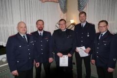 Die beförderten Mitglieder Meik Mahnstein (2. von links), Bernd Fromme (mitte), Michel Brunkhorst (2. von rechts) mit den Befördernden Ingo Kück (links) und Michael Mahler (rechts)