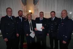 Theodor Tschackert (dritter von links) und Manfred Rohr (vierter von links) wurden für 70 bzw. 50 Jahre Mitgliedschaft in der Ortsfeuerwehr geehrt.